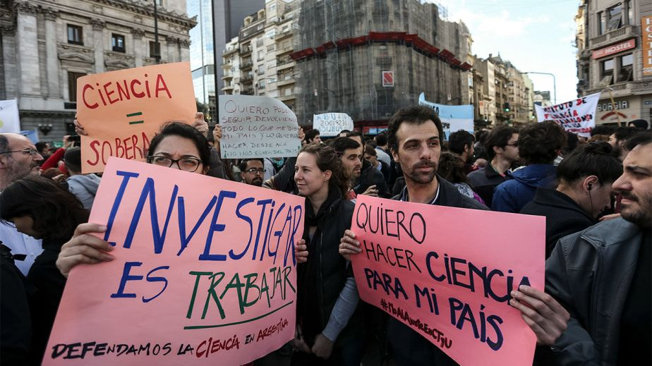 Students and scientists demonstrate in Buenos Aires: Argentina's scientists engulfed in budget crisis